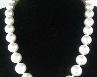 White Majorcan pearl choker, large spheres.