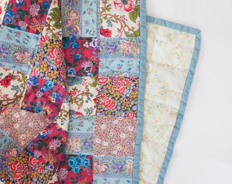 Handquilted floral throw quilt, lap quilt, handquilted, patchwork quilt, upcycled quilt, quilt, vintage quilt, floral, throw blanket