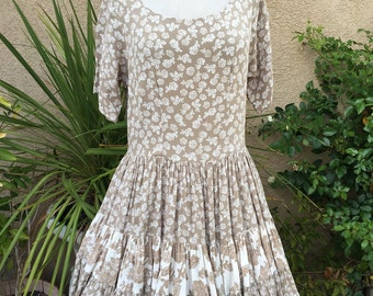 1980s 1990s taupe and white floral tiered skirt full skirt dress by Dress To Kill size S M L