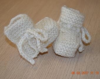 Pantofole/Pappucce di lana lavorate a mano per i neonati.