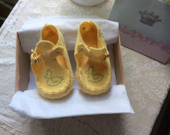 Vintage Felt Baby Shoes, Mary Jane Style, Embroidered Ducks and Dogs, Sweet and Pristine, Never Used!