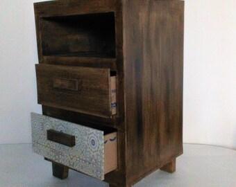 Table de chevet, une niche et deux tiroirs