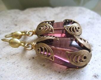 Lady violette pendantes boucles d'oreilles, des larmes violet vintage en laiton en filigrane boucles d'oreilles, série femmes de Downton Abbey,