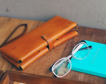 Palma handcrafted women's leather clutch