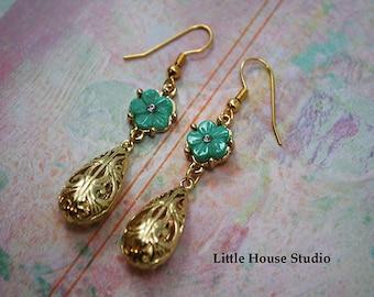 Flower Earrings, Flower Drop Earrings, Flower Dangle, Flower Jewelry, Retro Flower, Floral Earrings, Daisy Flower Earrings, Daisy Drop