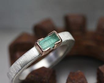 Raw Genuine Emerald Wedding Band Silver 14K Rose Gold Ring Minimalistic Modern Pale Green Rough Gemstone Rod May Birthstone - Smaragdwaage