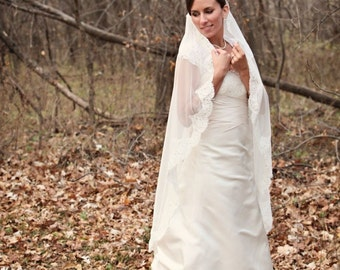 Mantilla - Fingertip Length Veil
