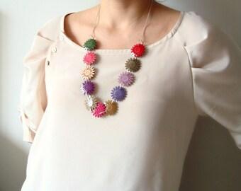 Collier d'été avec des fleurs colorées cuir verni