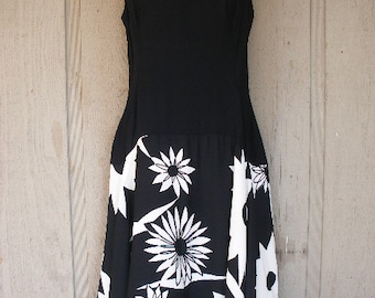 Flattering Classy Black White / Floral Patterned Vintage / 50s Rockabilly Pin Up Dress