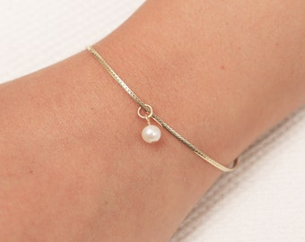 Gold Pearl Bracelet, Dainty Chain Bracelet, Bridesmaid Bracelet, Floating Pearl Bracelet, Layering Gold Filled Bracelet, Bridesmaid Gift.