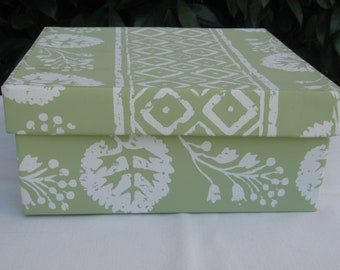 Green and white wallpaper covered band box, 19th century repro