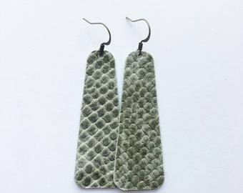 """Rounded Bar Earring (2.5"""") in Slither"""