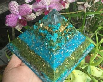 Mauʻu i Ka Hiki Kū Grass and Sky Orgone Pyramid with Chrysocolla, Peridot and Gold Leaf