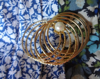 Eight Circles Infinity brooch with One Side Matte Gold-Tone, the Other Side Shiny