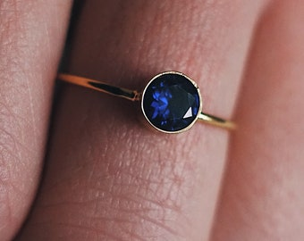 COSIMA – Ring with Syntethischem sapphire in gold, silver or rose gold