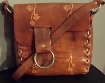 Sac vintage cuir avec outils.