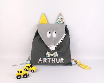 Sac à dos enfant personnalisable prénom Arthur sac loup bébé personnalisé couleurs motifs rentrée école maternelle crèche gris jaune bleu