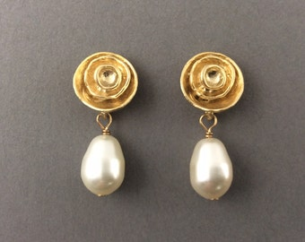 Pearl gold earrings, gold post, gifts for mom, bridesmaids gift, teardrop pearls, ivory pearls, modern jewelry