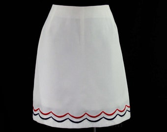 Size 10 Mod Mini Skirt - White Pique & Scalloped Embroidery - 60s Summer Sport Casual - Red - Navy - Medium - Preppie - Waist 29.5 - 44874-4