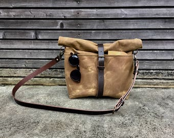 Waxed canvas messenger bag / cross body bag with leather shoulder stap and double waxed canvas padded bottem COLLECTION UNISEX