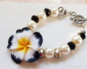 Bracelet fleurie ; fleur tipanié, noir et blanc,bracelet cérémonie, mariage, cadeau romantique femme, cadeau fête des mères, bracelet bohème