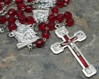 Kreuzweg-Rosenkranz in Rubin Glas, katholischen Rosenkranz, Juli Birthstone Rosenkranz, Rosenkranz mit Farbe Kruzifix und Pieta Zentrum