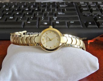 Vtg Elgin Gold Tone 100ft Water Resistant Ladies Watch w/ 11mm Gold Tone Band!