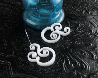 Epershand - Ampersand Earrings in white