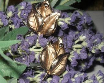 Vintage gold-tone flower earrings-Clip