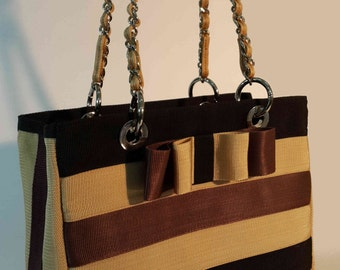 Chain shoulder bag with bow.