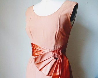 60's wiggle dress peach crepe satin hip bow size 6 S/M tea dress sleeveless sheath fitted original