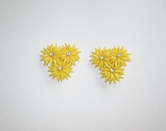 Vintage 1950s Yellow Plastic Flower Earrings / 50s Plastic Floral Rhinestone Earrings - Large