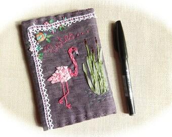 Geborduurde boek, roze flamingo & lace