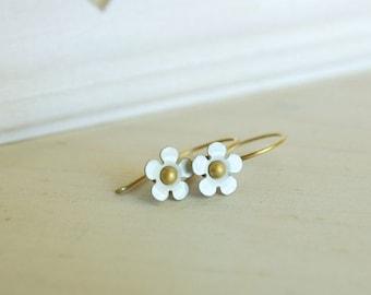 tiny white flower earring dainty daisy vintage enamel flower earrings - petit fleur (blanc)