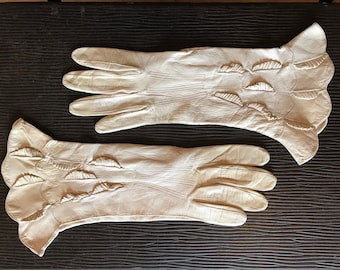 Bone leather vintage 1920s to 1930s gauntlet gloves with ruffles and scalloped hem - 6 1/4