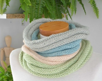 Knitted cowl in a ribbed pattern in soft pastel colors, P440