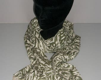 Green patterned fringed scarf