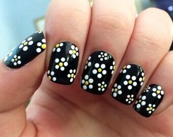 fake nails, daisy nails, daisies, nail art, press on nails
