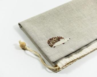 Grand pochon en lin gris, brodé à la main, doublé en coton, fermeture à coulisse, pochon à peluches, pochon à doudous