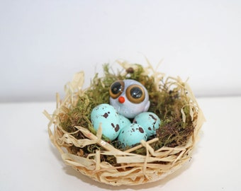 Small nest decoration with a bird and three eggs