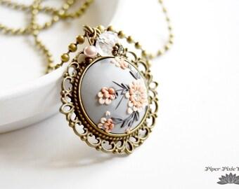 Bijoux en argile polymère, collier pendentif fait à la main en argile de polymère de PiperPixieDesigns, limité conception pendentif fait à la main avec des breloques