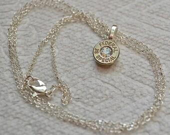 Collier Bullet... Collier pendentif spécial en nickel argent.38 fédéral avec un cristal de Swarovski clair... Lot 438