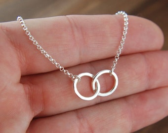 Small hammered interlocking circles necklace in sterling silver, hammered rings, eternity necklace, double rings, mother's day