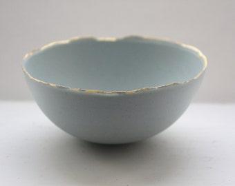 Bol en porcelaine bleue. Bol en grès porcelaine en oeuf de canard bleu avec jantes or.