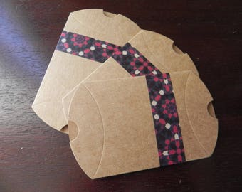 3 cartons decorated measuring 9 x 7 cm