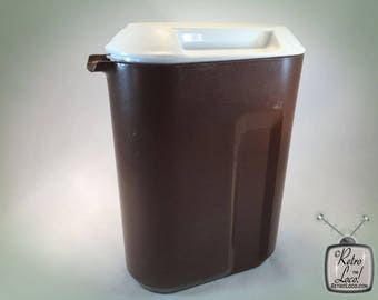 Pitcher Brown White Vintage 70s Seventies Retro Rubbermaid Plastic juice iced tea water beverage poolside picnic patio barware picture 2.5qt