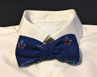 Bow tie with flowers - vintage style - wooden button closure