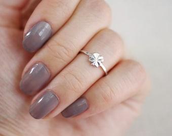 lucky clover midi ring . four leaf clover ring . 4 leaf clover midi ring . shamrock stacking ring . stackable shamrock ring