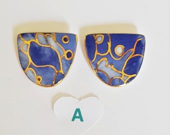 Blue and gold d shaped stud earrings in porcelain