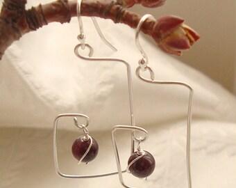 Boucles d'oreilles Chandelier de unique et abstraite Simple en argent Sterling avec fil enroulé pierres grenat-fait main